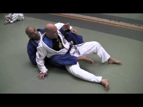 Voici une technique de jiu-jitsu brésilien rarement montrée pour passer dans le dos de l'adversaire lorsqu'il est dans notre garde.