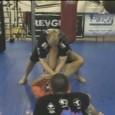 On voit souvent des techniques de passage de garde debout mais on en voit beaucoup moins montrant des défenses contre celle-ci pour MMA. Cette vidéo d'Erik Paulson montre cela.