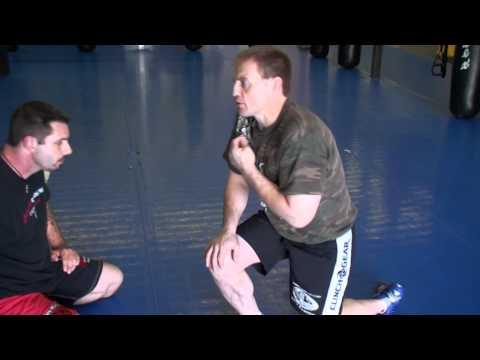 Plusieurs techniques de lutte pour MMA montrées dans cette vidéo: Positions debout, sprawl et prendre le dos, différents contrôles à genoux.