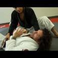 Voici une bonne vidéo qui montre les bases pour sortir de la side control puis montre la technique pour sortir de la position genou sur estomac.