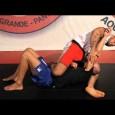 Passer un étranglement en triangle lorsqu'on est en position genou sur estomac et que l'adversaire veut sortir notre genou.