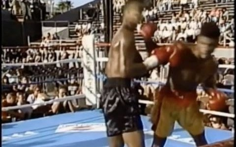 Le célèbre coach de MMA Firas Zahabi nous explique comment envoyer le bras arrière en esquivant le contre de l'opposant.
