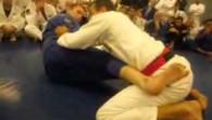 Défense contre le renversement en ciseau par Pedro Sauer, un des plus hauts gradés de jiu-jitsu brésilien (8ème dan de jiu-jitsu brésilien).